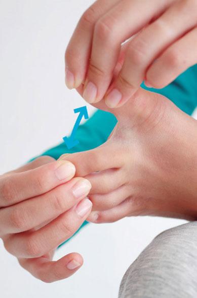 左右に足指を開く体操